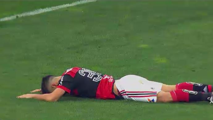 """Diego perdeu gol incrível na partida contra o Corinthians e levou o """"garrancho"""" (Foto: Reprodução/SporTV)"""