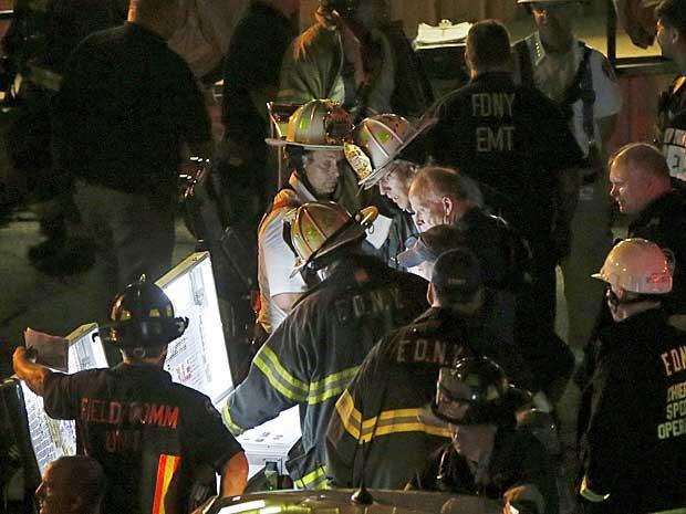 Bombeiros trabalham na John F. Kennedy High School, no bairro do Bronx de Nova York após explosão (Foto: Shannon Stapleton / Reuters)
