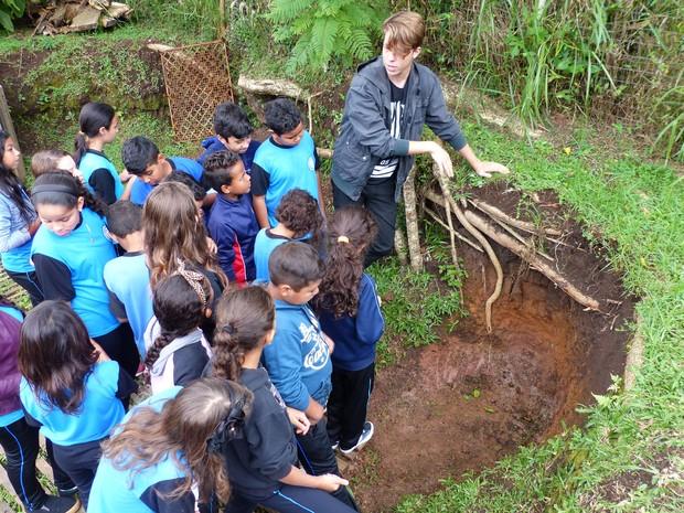 Alunos de escolas recebem explicações de bolsistas do programa Solo na Escola (Foto: Bibiana Dionísio/ G1 PR)
