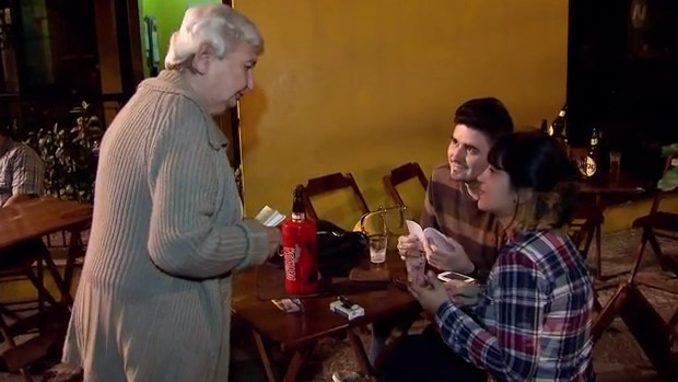 Dona Deise distribuindo poesias pelas ruas de Santos/SP (Foto: Reprodução/TV Tribuna)