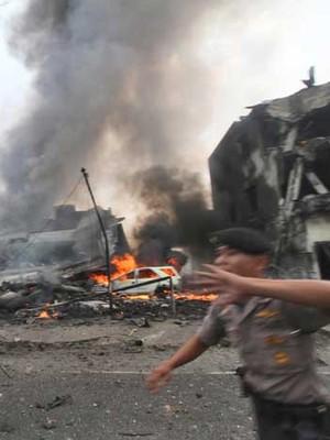Avião militar indonésio cai em  área residencial e deixa 38 mortos (Gilbert Manullang / AP Photo)