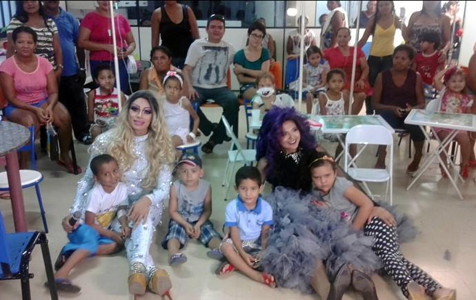 Projeto social desenvolvido pela drag queen Chandelly Kidman leva alegria e diversão para crianças (Foto: André Oliveira/Rede Clube)