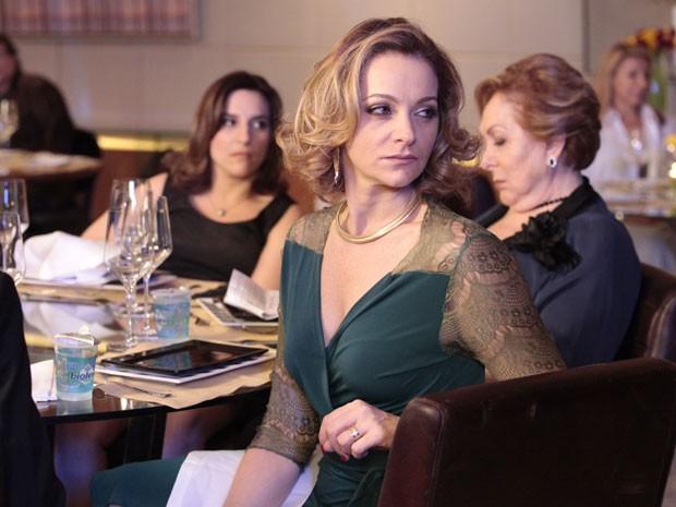 Sônia metralha as duas com o olhar (Foto: Cheias de Charme / TV Globo)