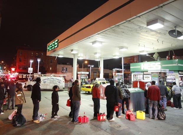 Moradores fazem fila para comprar gasolina em posto do Brooklyn, Nova York, nesta sexta-feira (2) (Foto: AP)
