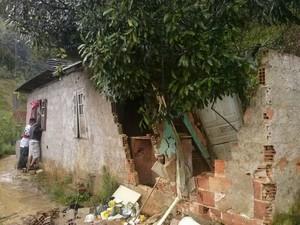 Parte da casa caiu na madrugada de domingo (13) ao ser atingida pela queda de barreira e vegetação (Foto: Reprodução/Grupo Tererepórter)
