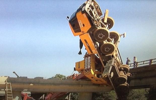 Acidente em ponte na GO-020, em Goiânia, Goiás (Foto: Reprodução/ TV Anhanguera)