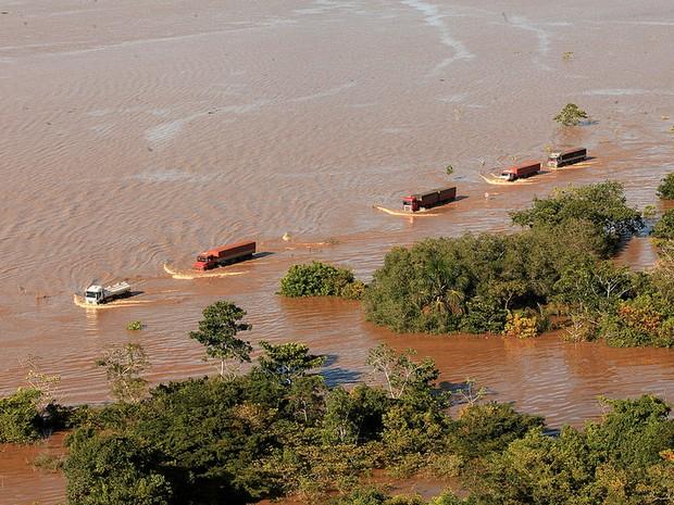 Caminhões com destino ao Acre cruzam a BR-364 inundada pelas águas do rio Madeira (Foto: (Agência de Notícias do Acre/Divulgação)