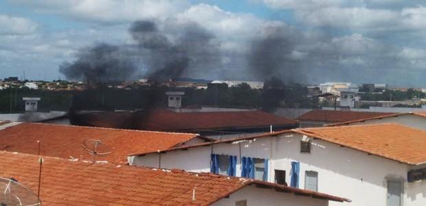 Focos de incêndio foram combatidos pelo Corpo de Bombeiros, que conseguiram controlar as chamas na penitenciária  (Foto: Cardoso Silva)