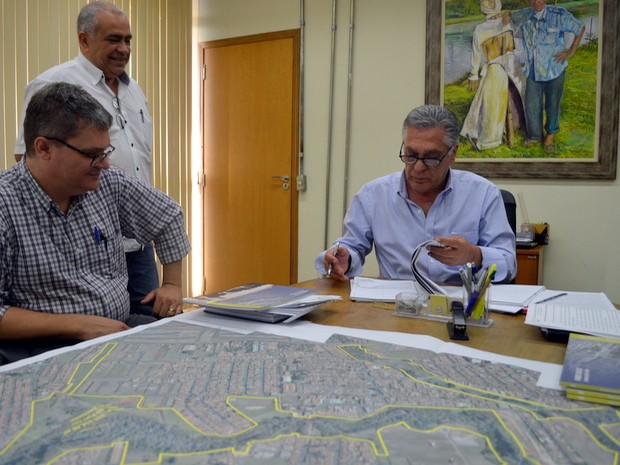 Prefeito de Piracicaba assinou decreto para preservação de área para projeto linear (Foto: Fernanda Zanetti/G1)
