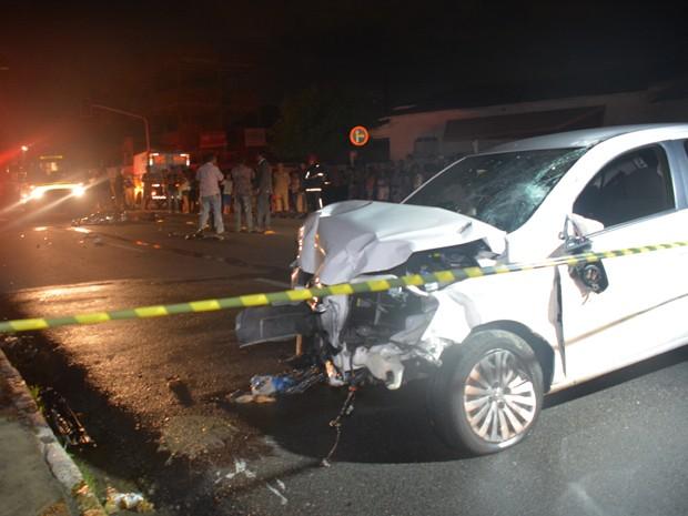Após colidir com motociclista, condutor do veículo perdeu o controle e bateu em um poste (Foto: Walter Paparazzo/G1)