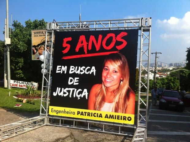 """Um painel de quatro metros de altura com a imagem de Patrícia foi colocado com dizeres """"5 anos em busca de justiça"""". (Foto: Felipe Branco Hersen / Divulgação)"""