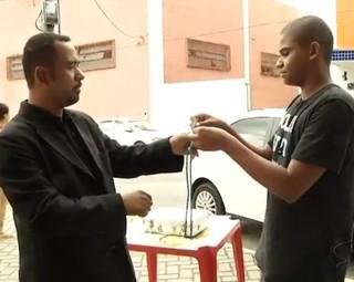 O mágico explicou como fazer o truque da corda (Foto: Reprodução Rio Sul Revista)