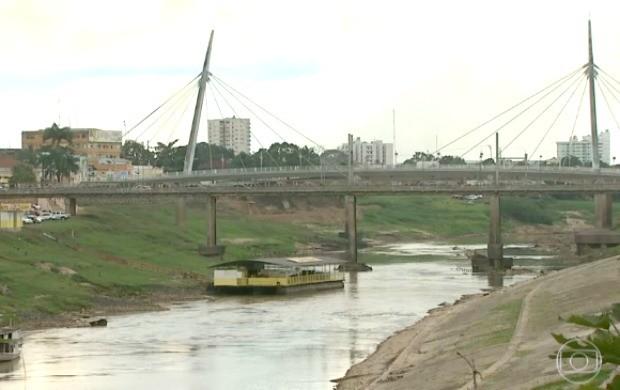 Com a forte seca, rio Acre segue baixando em uma média de -3cm por dia (Foto: Reprodução/TV Globo)