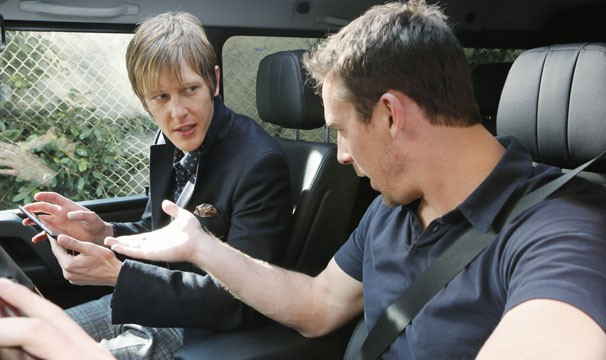 Aiden se junta a Nolan para levar os Grayson à falência (Foto: Divulgação / Disney Media Distribution)