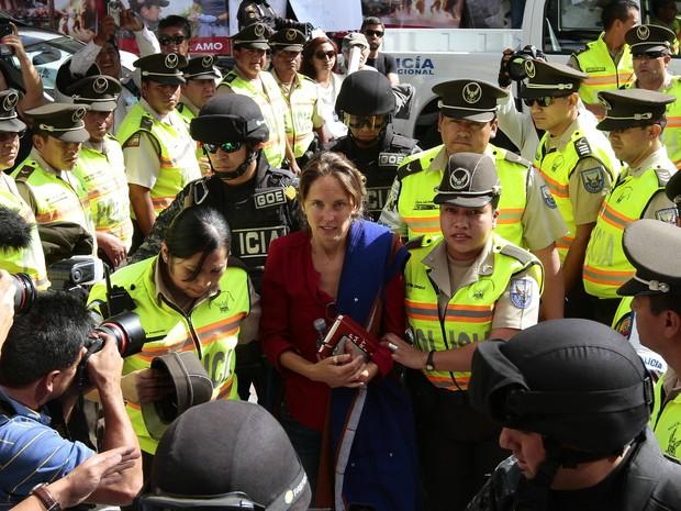 Jornalista brasileira Manuela Picq é escoltada para audiência que decidiria sobre deportação (Foto: Juan Cevallos/AFP)