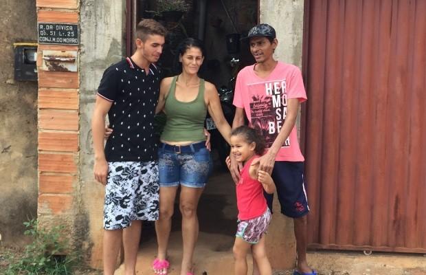 Lucélio Barbosa comemora com família alta médica (Foto: Cassiano Rolim/TV Anhanguera)