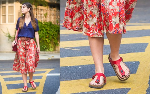 """Sandália tipo """"Birken"""" é o calçado do verão. Veja como adotar a tendência na temporada"""