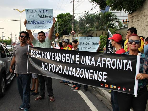 Centenas protestaram em frente a Assembleia Legistativa do Amazonas nesta quinta-feira (10) (Foto: Indiara Bessa/G1 AM)