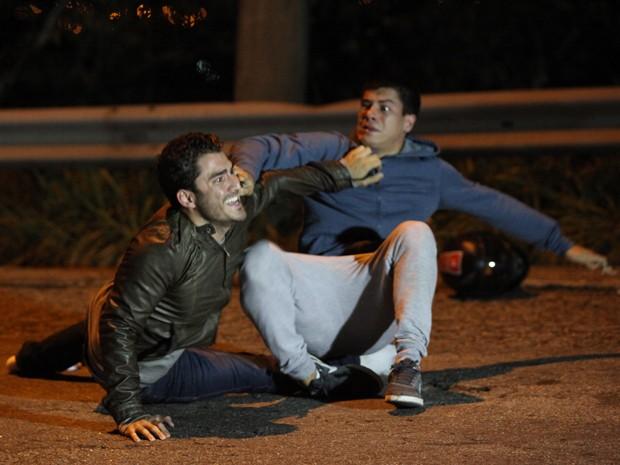 Alan salva Duca do atropelamento (Foto: Carol Caminha / Gshow)