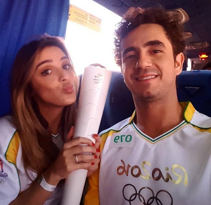 Rafa Brites com a Tocha Olímpica ao lado de Felipe Andreoli (Foto: Arquivo Pessoal)