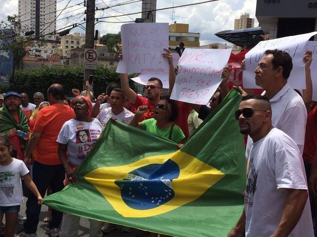 Manifestantes mostram bandeira e cartazes em apoio ao ex-presidente (Foto: Vivian Reis / G1)