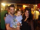 Priscila Pires vai a evento acompanhada do marido e do filho