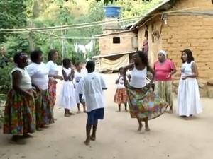Apresentação de jongo no Quilombo São José da Serra, em Valença (Foto: Reprodução/TV Rio Sul)
