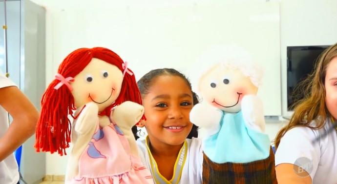 Criança se diverte e aprende de forma lúdica, com os fantoches da ONG Primavera (Foto: reprodução EPTV)