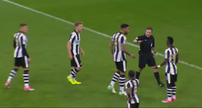 Jogadores do Newcastle cercam o árbitro após lambança (Foto: Reprodução/SporTV)