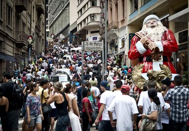 O movimento na Rua 25 de Março, maior centro de comércio popular de São Paulo (Foto: Marcelo Camargo/Agência Brasil)