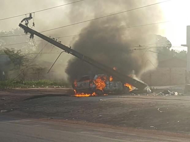 Motorista conseguiu sair do carro antes do fogo começar (Foto: PRF Santarém/Divulgação)