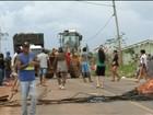 Moradores interditam estrada em protesto por melhorias em bairro