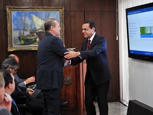 Presidentes do Senado, Renan Calheiros, e da Câmara, Henrique Alves, se cumprimentam em evento nesta terça (Foto: Rodolfo Stuckert / Agência Câmara)