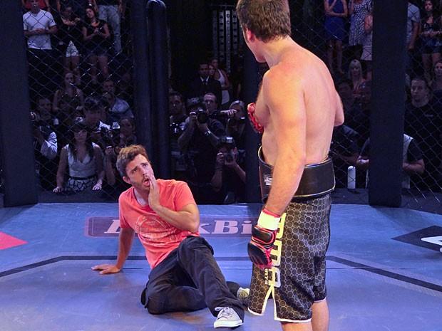 Zenon leva um soco do irmão (Foto: Guerra dos Sexos / TV Globo)