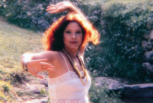 """Clara Nunes em uma das fotografias do filme que conta a sua história: """" (Foto: Reprodução)"""