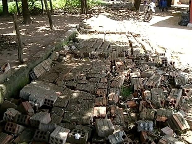 Muro desabou durante tempestade há 15 dias (Foto: Reprodução/TV Anhanguera)