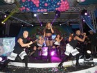 De shortinho e barriga de fora, Ludmilla faz show em baile funk