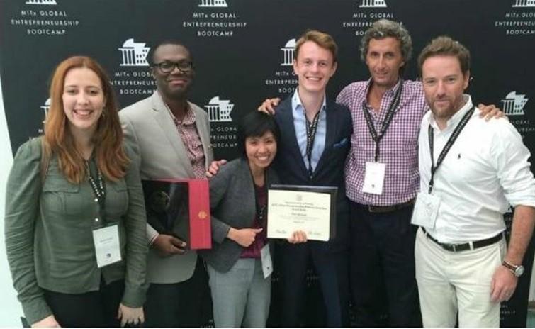 Deborah Zanforlin (esq.) desenvolveu o chip em Pernambuco e projeto ganhou premiação do MIT, nos Estados Unidos (Foto: Divulgação)