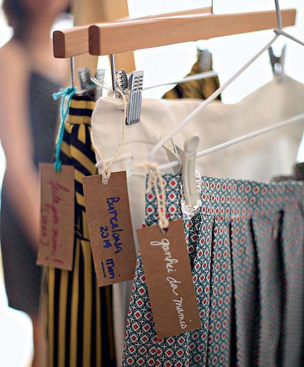 Etiquetas contam onde e quando foram compradas as peças. Arara Tok & Stok (Foto: Rogério Voltan/Editora Globo)