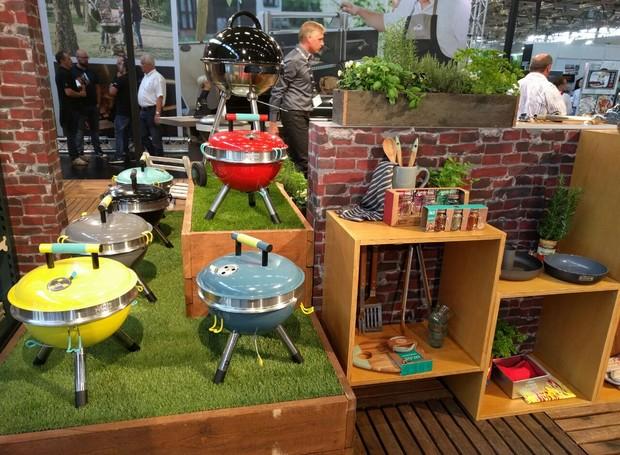 O chef inglês Jamie Oliver exibiu sua coleção de mini churrasqueiras portáteis, tábuas de madeira e utensílios para a cozinha (Foto: Stéphanie Durante)