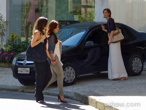 Clara anda com Marina de mãos dadas e, quando vê conhecida, se solta da amada (Foto: Em Família/ TV Globo)