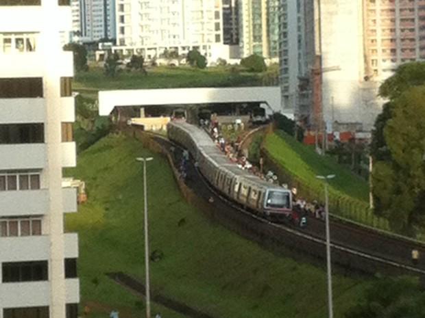 Passageiros andam nos trilhos do metrô após pane no trem (Foto: Luís Rodolfo da Silva/VC no G1)