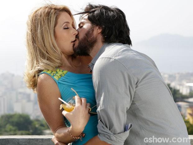 Que pegada é essa! Herval parte para o ataque e deixa Pamela sem reação. Uau!  (Foto: Geração Brasil / TV Globo)