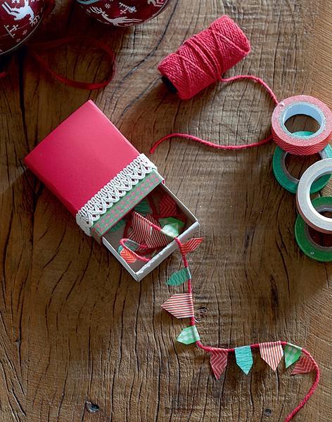Mimo na caixa de fósforos: cordão de minibandeirinhas de washi tape (Foto: Fotos Cacá Bratke/Editora Globo   Realização Cláudia Pixu   Produção Ellen Annora)