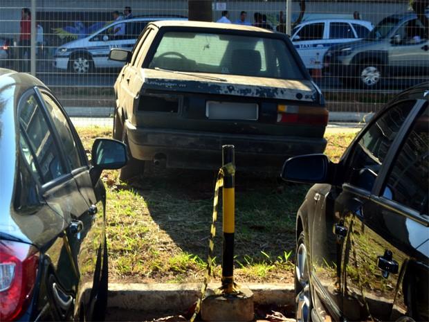 Veículo com placas de São Paulo está sobre calçada do bolsão A (Foto: Erick Julio / G1 Campinas)