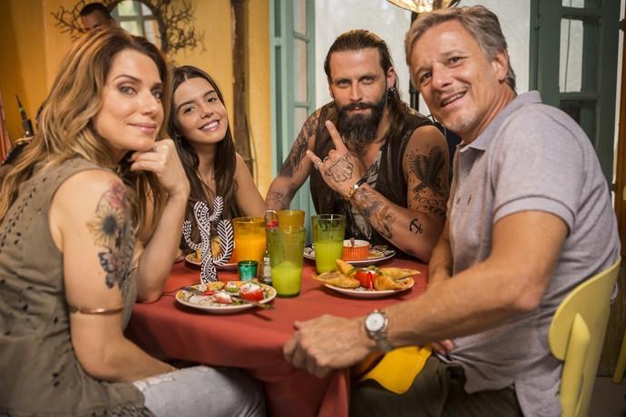 Letícia e Marcello falam sobre relação de Milena ao saber da relação de Lenita e Vittorio (Foto: Inácio Moraes/Gshow)