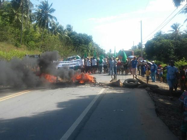 Servidores atearam fogo em pedaços de madeiras, palhas e pneus para bloquear a rodovia (Foto: Aline Rodrigues/Arquivo pessoal)