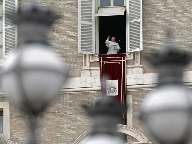 Papa Francisco acena durante o Angelus no Vaticano (Foto: Reuters)