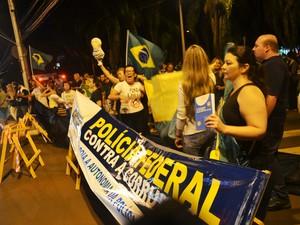 Manifestante segura a Constituição Federal durante protesto em Ribeirão Preto (Foto: Rodolfo Tiengo/G1)