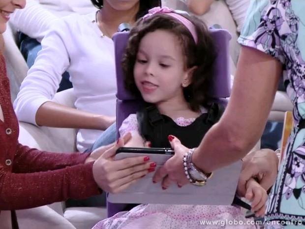 Clara tem paralisia cerebral e se comunica através de um aplicativo criado pelo pai (Foto: Encontro com Fátima Bernardes/TV Globo)